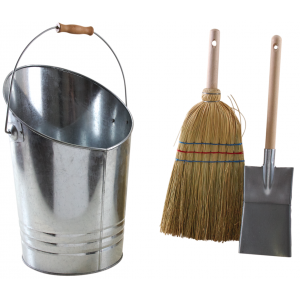 Photo GCH231S : Zinc and wood bucket, broom and shovel